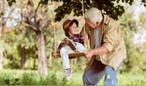 nonno che spinge su altalena nipotino