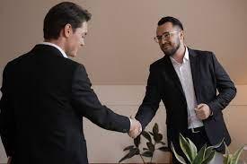due uomini d'affari che si stringono mano