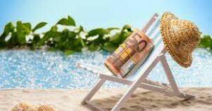 sdraio con appoggiato rotolo di 50 euroe. sfondo caraibico