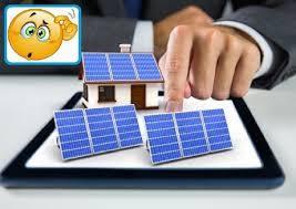 immagine di emoji perplessa con modellino casa e di pannelli fotovoltaici