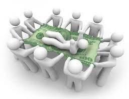 immagine di omini che sostengono con una banconota uno di loro