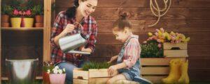 mamma e figlia che fanno giardinaggio