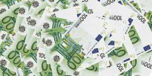 100 euro in banconote sparsi